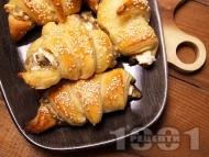 Лесни солени кифлички от бутер тесто с патладжан, сирене и сусам